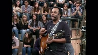 Marcelo Marrom faz música improvisada sobre Leandro Hassum - Comediante pede ajuda da plateia para compor uma canção