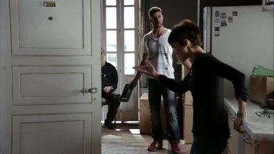 Nina expulsa Jorginho de sua casa - O jogador vai embora indignado e Betânia também não entende o tratamento carinhoso que Nina dá a Nilo