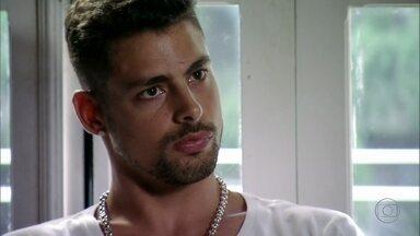 Jorginho questiona Betânia e Nilo - O jogador quer saber o que os dois fazem na casa de Nina e diz que não sairá de lá até que a moça chegue e explique tudo