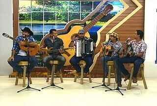 Com estilo baileiro, o grupo Mensageiros do Oeste toca seus sucessos no palco do programa - Com estilo baileiro, o grupo Mensageiros do Oeste toca seus sucessos no palco do programa