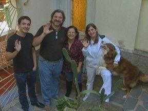 """No quadro """"Ô de Casa!"""", conheça uma família que ama os animais - Ricardo Fela visita casa que tem seis cachorros, sete gatos, um iguana, um bode e até macaco"""