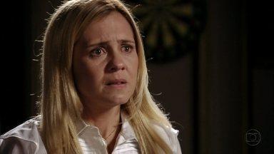 Carminha mente para Jorginho sobre Rita - A megera inventa que a enteada atrapalhava seu casamento com Genésio e que foi abandonada no lixão pelo próprio pai. Ágata flagra Nina chorando