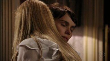 Nina consola Carminha - A megera pede uma massagem para relaxar e pensar melhor na lição que pretende dar em Rita