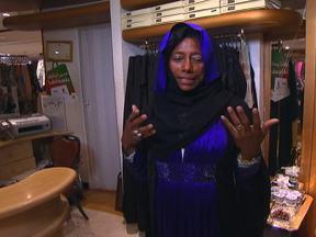 Glória Maria experimenta roupa usada pelas mulheres de Dubai - A repórter do Globo Repórter esteve em uma loja que vende abayas, a roupa que as mulheres costumam usar em Dubai, e experimentou uma. Veja como ficou.