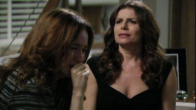 Verônica consola Noêmia - As duas desconfiam que Alexia continua se encontrando com seus maridos