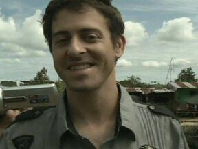 Jornalista francês é libertado pelas Farc no sul da Colômbia - Roméo Langlois havia sido sequestrado pelas Farc há um mês. O repórter foi entregue pela guerrilha à missão humanitária coordenada pela Cruz Vermelha. Ele acusou o governo colombiano e os guerrilheiros de usarem o sequestro politicamente.