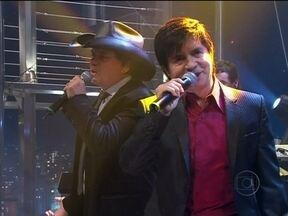 Chitãozinho e Xororó abrem o programa do Jô - Dupla canta um de seus sucessos