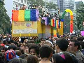 Multidão toma conta da Avenida Paulista na Parada Gay - Os participantes da 16ª Parada Gay pediram a aprovação da lei que transforma a homofobia em crime. Cerca de 3,5 milhões de pessoas participaram do evento.