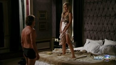 Carminha fica com Max no quarto de Tufão - A vilã faz amor com o parceiro na cama do marido