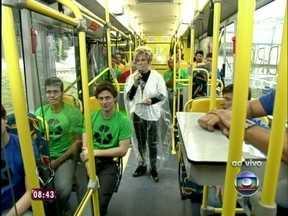 Acompanhada por 20 rapazes, Ana Maria mostra ônibus ecologicamente correto - Ela conversa com professor da UFRJ, idealizador do projeto
