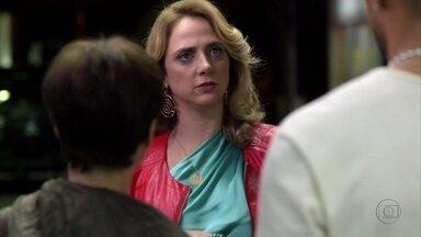 Ivana flagra Jorginho pressionando Nina - O jogador implora para que a amada explique o motivo de os dois não poderem ficar juntos e sua tia estranha o clima entre eles