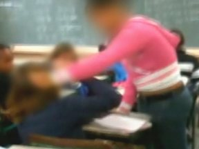 Brigas não param de acontecer dentro das salas de aula - O Fantástico vai mostrar cenas de brigas recorrentes em escolas. Em uma delas, a polícia precisou entrar em ação.