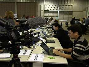 Imprensa do mundo todo trabalha cerca de 12 horas por dia na Rio+20 - Alguns chegam a desabar de sono e não têm tempo nem para comer. Jornalistas da Alemanha, China e até Omã mostram-se exaustos e ficam o dia inteiro na cobertura do evento. Ao todo, circularam cerca de 4.500 jornalistas na conferência.