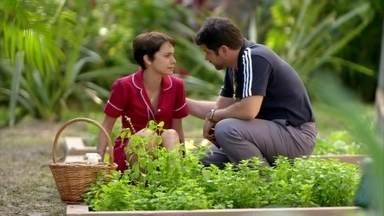 Tufão consola Nina - Ao perceber que a cozinheira está chorando, o ex-jogador se aproxima para conversar