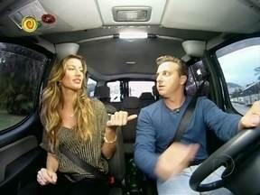 Gisele Bündchen é copiloto de Luciano Huck no Vou de Táxi - A top e o apresentador conhecem as histórias dos passageiros