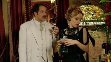 Cap. 26/6 - Cena: Nacib aconselha Zarolha a desistir de enfrentar os coronéis - Durante a apresentação de Maria Machadão, ela percebe que o amante está diferente. Nacib desconversa