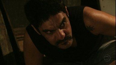 Ramón ameaça matar Roni - Diógenes chega ao esconderijo do bandido e Suelen consegue avisá-lo que Ramón está com seu filho. Ele decide chamar a polícia