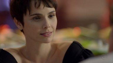 Nina manipula Max - Ela leva o malandro para uma churrascaria, afirma que está investindo na parceria entre eles e enaltece as 'qualidades' do amante de Carminha