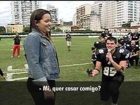 Com direito a pedido de casamento, Corinthians vence Botafogo no futebol americano - Após sete anos de namoro, Bruno Lobo e Milena ficam noivos.