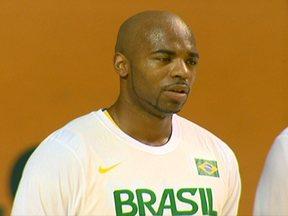 Larry Taylor, do basquete, se naturaliza brasileiro e aprende o hino nacional - Jogador atua em Bauru e pela Seleção Brasileira.