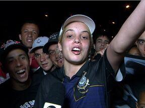 Torcedores se esforçam para saudar o Corinthians no desembarque em São Paulo - Como recompensa, time, que não saiu pelo terminal, desceu do ônibus para conversar com os corintianos.