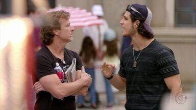 Lúcio ameaça Max - Para não contar as falcatruas do malandro para Ivana, o filho de Janaína exige um emprego na mansão
