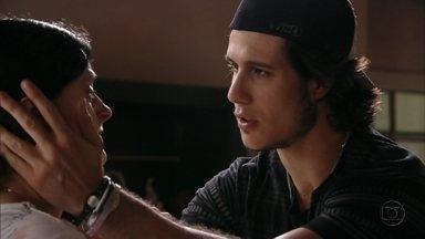 Lúcio fala para sua mãe que arrumou um emprego - Janaína não o perdoa, mas fica feliz
