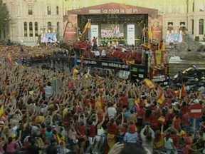 Espanhóis comemoram bicampeonato da na Eurocopa - Ao chegarem da Ucrânia, onde venceram os italianos, os jogadores visitaram o rei Juan Carlos. Os atletas desfilaram em carro aberto, em Madri, e comemoram junto com a torcida.