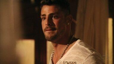 Jorginho afirma que Nina é uma bandida - Transtornado, o jogador conta para Lucinda que viu a cozinheira dançando com Max e a catadora tenta acalmá-lo