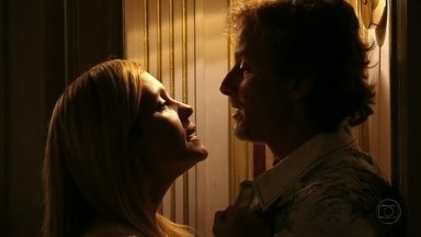 Carminha pressiona Max - Acreditando que está sendo traída pelo amante, a megera o põe contra a parede. Ivana acorda no meio da noite e Carminha é obrigada a se esconder