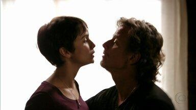 Nina deixa Max desconfiado - Nina pergunta ao malandro o que Carminha fez com Rita e acaba se atrapalhando