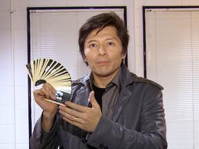 Issao Imamura finge ensinar truque em show de ilusionismo para o site do Caldeirão - Mágico mais famoso do Brasil foi o cliente número um do participante do 'Mandando Bem'