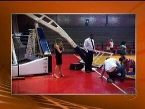 David Henrique, do Brasília sofre acidente com tabela de basquete - Jogador tentou enterrar uma bola, mas a tabela cedeu e caiu sobre o pescoço e o ombro do jovem. Estado do atleta ainda é muito grave.