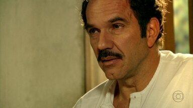 Nacib não consegue convencer Gabriela a casar - O comerciante conversa com Tonico sobre a cozinheira. Enquanto isso, serelepe, ela brinca com Tuísca
