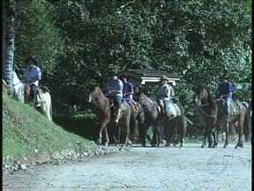 Romeiros cavalgam mais de 400 quilômetros para agradecer ao Senhor Bom Jesus - Cavalgada já é tradição. Eles sairam de Santa Catarina e vão até o litoral de São Paulo.