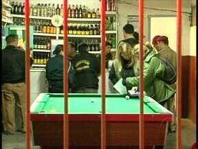 Quatro bares são fechados durante operação da polícia em Curitiba - Equipes da polícia, corpo de bombeiros e fiscais da prefeitura fizeram uma operação ontem à noite em bares na região da cidade industrial, em Curitiba. Todos os lugares ficalizados tinham sido denunciados pelos moradores da região.