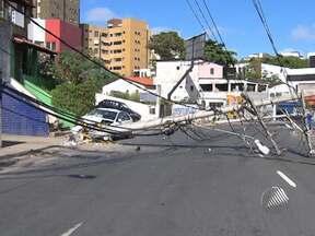 Acidente de carro deixa trânsito congestionado no bairro do Rio Vermelho - O motorista perdeu controle do carro e acertou um poste, que caiu e fechou a rua.
