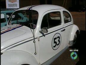 Encontro reúne apaixonados por carros antigos em Foz - Os colecionadores vão passar o sábado com sua máquinas em exposição