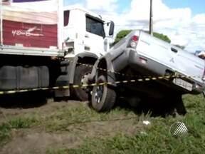 Dez acidentes são registrados nas rodovias baianas neste sábado - Em um deles,em camaçari, um caminHão que vinha na contramão atingiu um carro, matando o motorista.