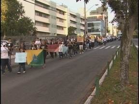 Em Florianópolis, manifestantes realizaram marchas contra a PEC 37 - Hoje a tarde em Florianópolis teve início uma série de marchas contra a PEC 37, se aprovada, os Ministérios Públicos perdem o direito de investigar casos ilícitos.
