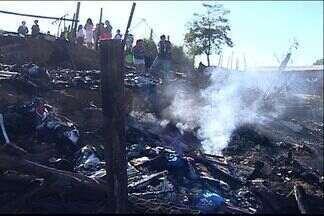 Corpo de Bombeiros faz perícia em local de incêndio, no ES - Quatro pessoas morreram em Cariacica.