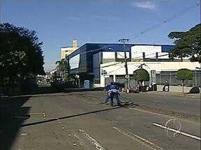 Avenida Maringá continua interditada - Candidatos do vestibular de medicina da PUC, no Colégio Marista, precisam ficar atentos ao trânsito.