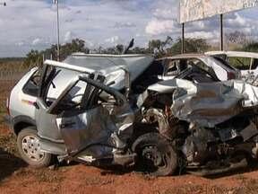 Batida entre dois carros mata duas crianças na BR-020 - O acidente foi no quilômetro 26, depois de Formosa. Testemunhas disseram que um dos carros estava parado no acostamento porque começou a pegar fogo. O motorista que vinha no sentido contrário perdeu o controle.