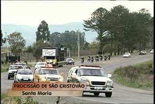 Motoristas fazem homenagem a São Cristóvão - Duzentos e cinquenta motoristas participaram da procissão neste domingo em Santa Maria