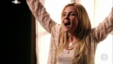 Carminha garante a Max que se livrou de Nina - O malandro teme a reação da cozinheira e recrimina a decisão da amante de envolver Lúcio no castigo que deu na enteada