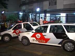 Criminosos fazem arrastão em prédio residencial de São Paulo - Mais de 20 pessoas ficaram presas em um quarto enquanto os bandidos roubavam os apartamentos, na noite de segunda-feira (24). Os criminosos fugiram, mas dois foram presos. Este é o 16º assalto em edifícios da cidade desde o começo do ano.