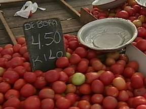 Preço do tomate pesa no bolso - O quilo do tomate, que era vendido por menos de R$ 1, pode ser encontrado por R% 5,50. O aumento é explicado pelo clima desfavorável. Choveu muito fora de época e está mais frio do que no ano passado.