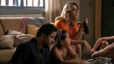 Ivana elogia o comportamento dos pais - Ela fica impressionada ao ver como eles se relacionam com Adauto e Tessália. Leleco fica constrangido quando a esposa conta que ele teve ciúmes do namorado de Muricy