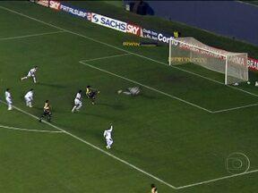 Criciúma goleia e segue na liderança da Série B do Brasileirão - Em Barueri, o Criciúma derrotou o time da casa por 4 a 1. Zé Carlos fez dois gols para a equipe catarinense. Em Florianópolis, o Avaí venceu o Bragantino por 1 a 0.