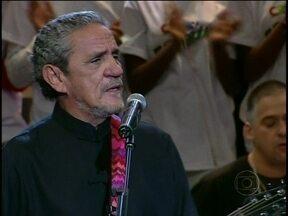 """Zé Ramalho canta o sucesso """"Admirável gado novo"""" no Altas Horas - Cantor volta a se apresentar na televisão após um longo período"""